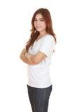 La mujer con los brazos cruzó, llevando la camiseta blanca Fotos de archivo libres de regalías