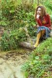 La mujer con los dreadlocks acerca a pantanos. Fotos de archivo libres de regalías