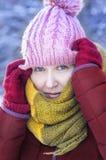 La mujer con los guantes rojos y la bufanda amarilla vistieron con gusto en un frío Fotografía de archivo libre de regalías