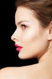 La mujer con los labios fucsias brillantes construye, piel limpia Fotos de archivo libres de regalías