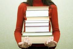 La mujer con los libros en manos Foto de archivo libre de regalías