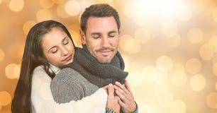 La mujer con los ojos cerró el abarcamiento del hombre durante invierno Imágenes de archivo libres de regalías