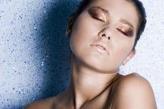 La mujer con los ojos se cerró con un maquillaje brillante Imágenes de archivo libres de regalías