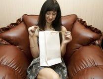 La mujer con los paquetes del regalo Foto de archivo