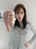 La mujer con los pulgares abajo firma Fotos de archivo