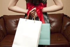 La mujer con los regalos detrás de la parte posterior Fotografía de archivo libre de regalías
