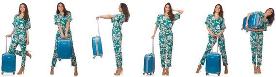 La mujer con los suitacases que se preparan para las vacaciones de verano imagen de archivo
