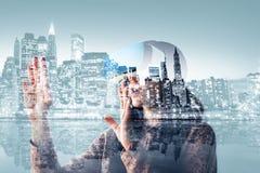 La mujer con los vidrios de realidad virtual Concepto futuro de la tecnología Tecnología de la imagen moderna Imágenes de archivo libres de regalías