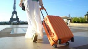 La mujer con la maleta anaranjada que viaja a París almacen de video