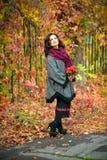 La mujer con maquillaje y el peinado en el otoño parquean Fotografía de archivo