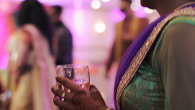 La mujer con mehndi sostiene el vidrio de vino metrajes