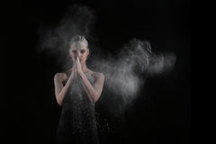La mujer con para el movimiento del polvo explosivo capturado por el flash Fotos de archivo libres de regalías
