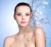La mujer con salpica del agua Fotografía de archivo libre de regalías