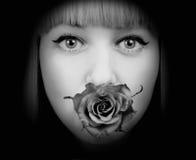 La mujer con subió en su boca Fotos de archivo libres de regalías