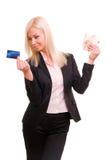 La mujer con un de la tarjeta de crédito y aprovecha su mano Foto de archivo libre de regalías