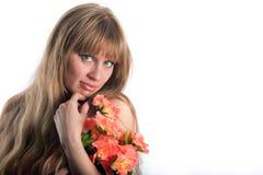 La mujer con un ramo de colores rojos Imágenes de archivo libres de regalías