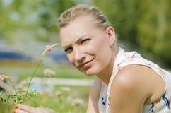 La mujer con una flor Imagenes de archivo