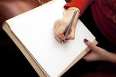La mujer con una hoja limpia de papel especifica Fotos de archivo libres de regalías