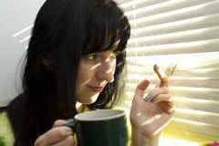 La mujer con una taza de café Imagen de archivo libre de regalías