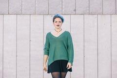 La mujer confiada andrógina adolescente con el pelo teñido azul aisló wa Imagenes de archivo