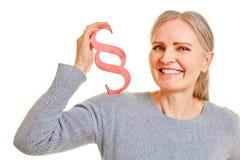 La mujer considera párrafo como ley y símbolo de la ley imagen de archivo libre de regalías