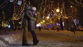 La mujer consigue oferta de hombre en bosque del invierno con el abrazo del salto almacen de metraje de vídeo