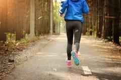 La mujer corre en el camino en el parque Imagen de archivo