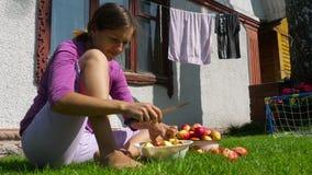La mujer corta las manzanas para el atasco almacen de metraje de vídeo