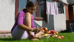 La mujer corta las manzanas para el atasco metrajes
