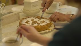 La mujer corta la torta almacen de video