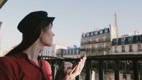 La mujer creativa hermosa sonriente feliz del trabajador sonríe usando el app del smartphone en el balcón idílico con la opinión  almacen de metraje de vídeo