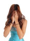 La mujer cubre la cara con las manos Imagenes de archivo