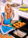 La mujer cuece las galletas Fotografía de archivo
