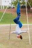 La mujer cuelga al revés en clase aérea de la yoga de Atlanta Foto de archivo libre de regalías
