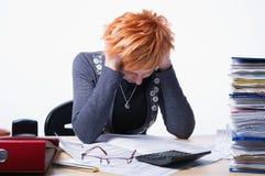 La mujer cuenta impuestos Imagen de archivo libre de regalías