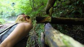La mujer curva para apagar su agua potable de la sed de la montaña Limpie la fuente 4k, cámara lenta almacen de metraje de vídeo