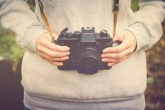 La mujer da celebrar caminar retro de la cámara de la foto al aire libre Imagenes de archivo