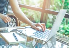 La mujer da el trabajo con el ordenador portátil en la oficina Fotografía de archivo libre de regalías