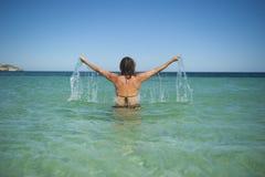 La mujer da encima del océano Foto de archivo
