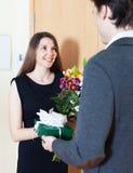 La mujer da a hombre un regalo Fotografía de archivo libre de regalías