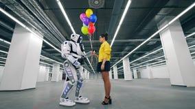La mujer da los globos como presente a su droid del amigo almacen de video