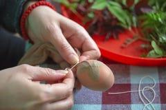 La mujer da los huevos de Pascua de adornamiento y de pintura 2 Fotografía de archivo