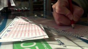 La mujer da número afortunado de relleno en 6/49 boleto de lotería metrajes