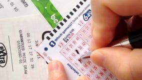 La mujer da a número afortunado de relleno no 6/49 boleto de lotería almacen de video