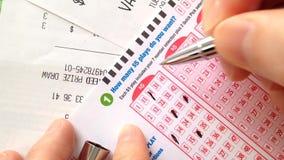 La mujer da a número afortunado de relleno no 6/49 boleto de lotería almacen de metraje de vídeo