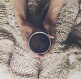 La mujer da sostener el café express caliente sabroso del café en la taza de cerámica si imagen de archivo