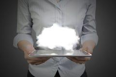 La mujer da sostener el teléfono elegante con la nube iluminada Imagen de archivo libre de regalías
