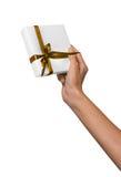 La mujer da sostener la actual caja blanca del día de fiesta con la cinta de oro amarilla Imagenes de archivo