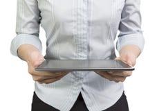 La mujer da sostener la tableta elegante con la pantalla táctil negra Fotografía de archivo libre de regalías