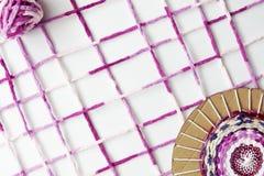 La mujer da sostener los caramelos coloridos aislados en blanco Foto de archivo libre de regalías
